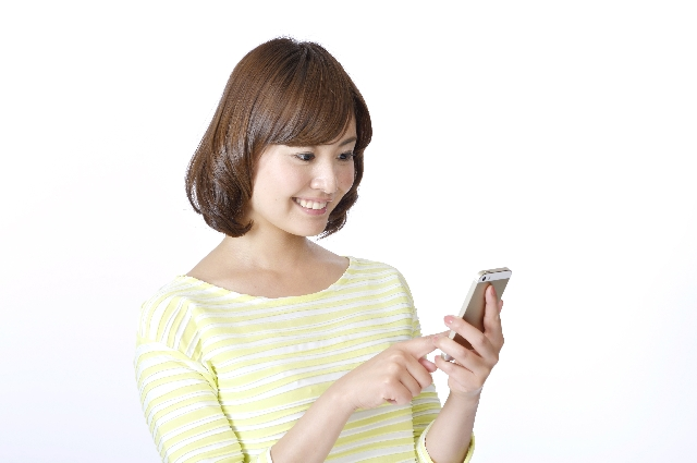 スマートフォンを扱う女性
